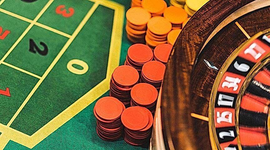 roulette tafel en chips in casino