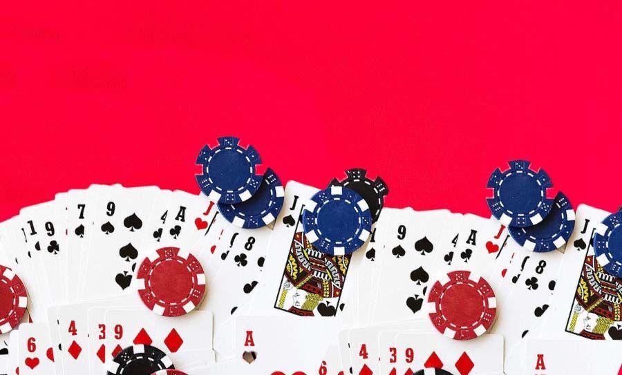 kaartenop op de rode tafel